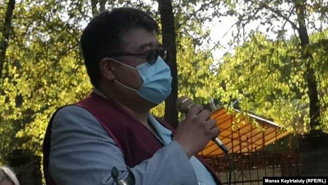 Организатор митинга, врач Каиргали Конеев выступает с речью. Алматы, 18 сентября 2020 года.