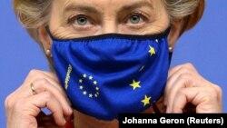 Илустрација - Претседателката на Европската комисија, Урсула фон дер Лајен со заштитна маска