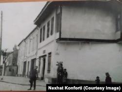 Nexhat Konforti, hebre nga Prishtina, pretendon se kjo pronë në Prishtinë i takon familjes së tij.