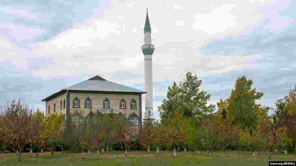 Селищну мечеть Мекке Джамі на вулиці Героя Абдураманова відкрили у 1999 році. На її території функціонують школа хафізів – зберігачів Корану, а також інтенсивні курси вивчення священного письма для дівчат і жінок
