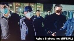 Райымбек Матраимов перед зданием Первомайского райсуда, город Бишкек, 20 октября 2020 г.