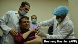 تطبیق واکسین ضد ویروس کرونا بر یک کارمند صحی در ولایت هرات. February 24, 2021
