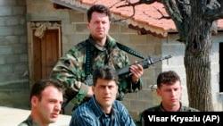 Hashim Thaci (középen) a koszovói albánok tárgyalócsoportjának vezetőjeként egy titkos helyen tartott sajtótájékoztatón Koszovóban 1999. március 13-án.