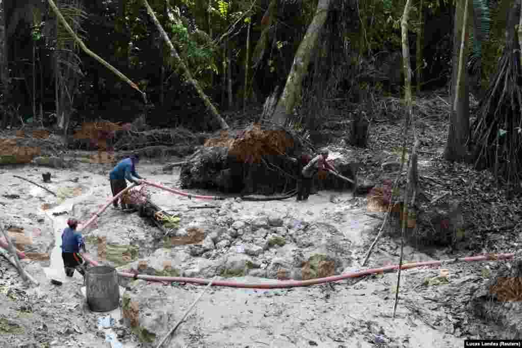 Illegális aranybányászok dolgoznak egy természetvédelmi területen az Amazonasban 2021. szeptember 3-án