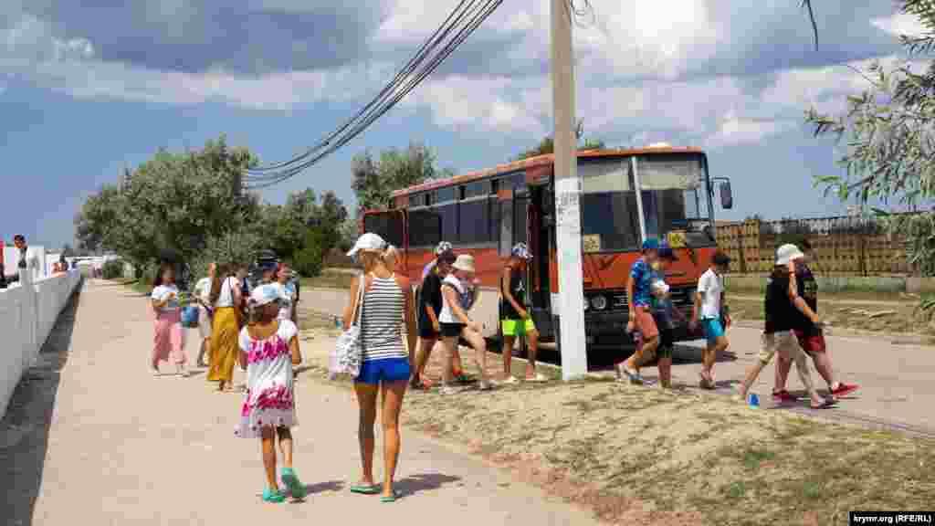 До воріт пляжу дитячого оздоровчого табору імені Гагаріна під'їхав старенький автобус Ikarus 250. Цю модель виробляли в Угорщині в 1970-1999 роках в основному для країн так званого соціалістичного табору
