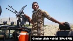 Афганский солдат охраняет блокпост после того, как силы безопасности 8 июля очистили территорию от боевиков «Талибана» в афганской провинции Лагман.