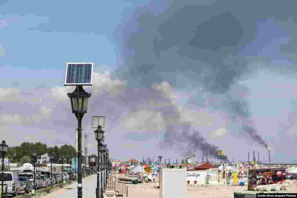 Nu la mult timp de la explozie, vântul a îndreptat fumul produs de aceasta către mare.