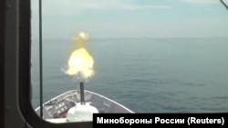 Катер берегової охорони Росії здійснює артилерійський залп у бік британського есмінця HMS Defender