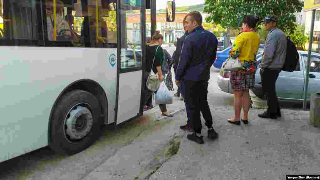 Многие жители села работают в городе, до которого автобусом около 40 минут езды