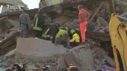 Спасатели ищут выживших после землетрясения в Италии (видео)