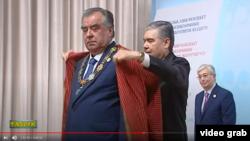 Prezident Gurbanguly Berdimuhamedow täjik kärdeşi Emomaly Rahmony Merkezi Aziýanyň döwlet baştutanlarynyň Hormat nyşany bilen sylaglap, oňa gyrmyzy don geýdirdi. Döwlet TW-sinden alnan surat