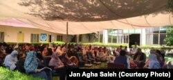 Zeci de femei participă la o întrunire la Nangarhar despre creșterea violenței - 6 iunie 2021.