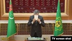 Prezident Gurbanguly Berdimuhamedow täze ordenini maňlaýyna sylýar. Türkmen TW-sinden alnan surat.