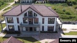 """Къща от 780 кв. м. в Бяла, купена по цени от 90 евро за кв. м. от Екатерина Изотова през 2017 г. Тя купува имота от собствената си фирма """"Слънцеград""""."""