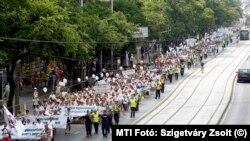 Egészségügyi dolgozók demonstrációja Budapesten 2015-ben