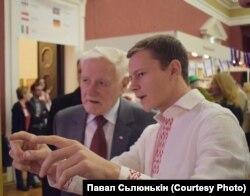 Каля стэнду Беларусі з былым прэзыдэнтам Літвы Валдасам Адамкусам