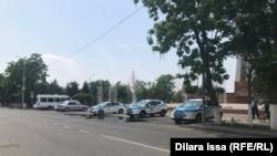 Автомобили полиции у парка имени Абая в Шымкенте. 7 мая 2021 года.