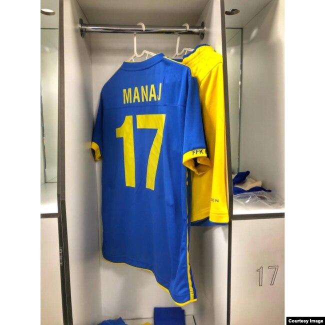 Fanella që Manaj veshi në ndeshjen që luajti për Kosovën.