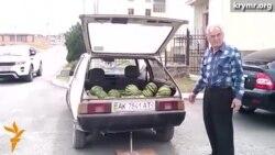 На выборах крымский татарин продает арбузы