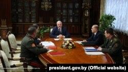 Беларус жетекчиси Александр Лукашенко (төрдө). Минск. 2021-жылдын 2-марты.