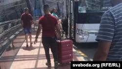 Організована посадка прибулих з Іраку чоловіків на автобуси в Мінську
