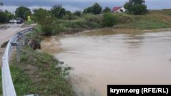 Бурхливий потік води з річки Катерлез у Ленінському районі рухається в бік Керчі, 16 серпня 2021 року