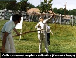 Чаушеску стреляет из лука во время отдыха в Молдове. 1976 год.