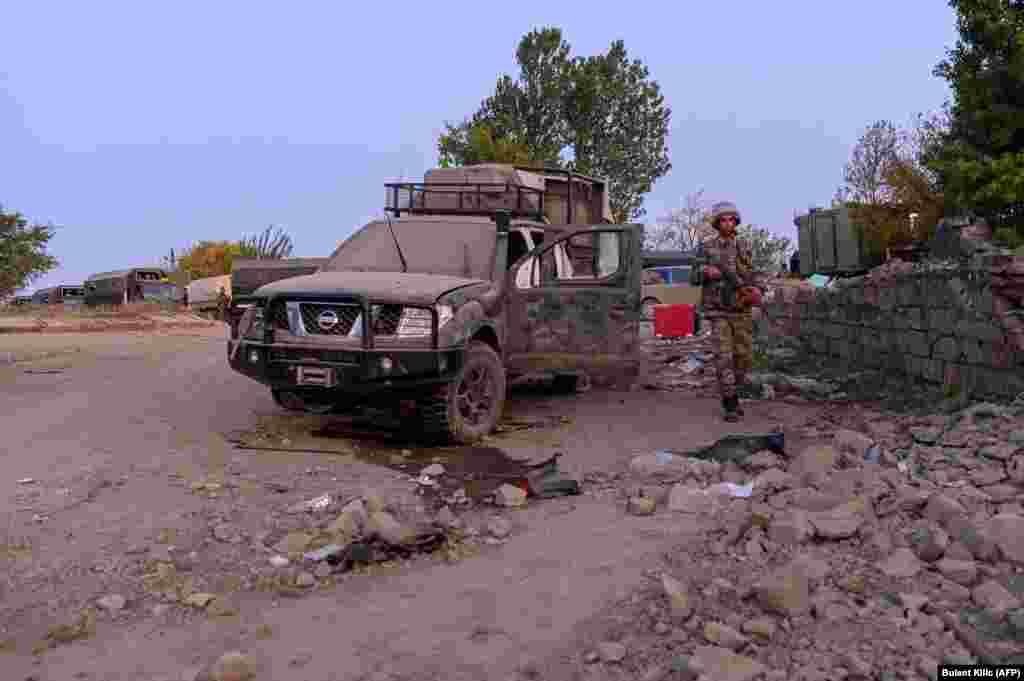Азербайджанский солдат рядом с поврежденным автомобилем в Джабраиле. 16 октября 2020 года.