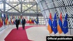 ارمین سرکیزیان رئیس جمهور ارمنستان(چپ) با چارلز میشل رئیس شورای اروپا در بروکسل