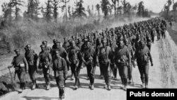 Trupe ruse în marș spre front, 1917