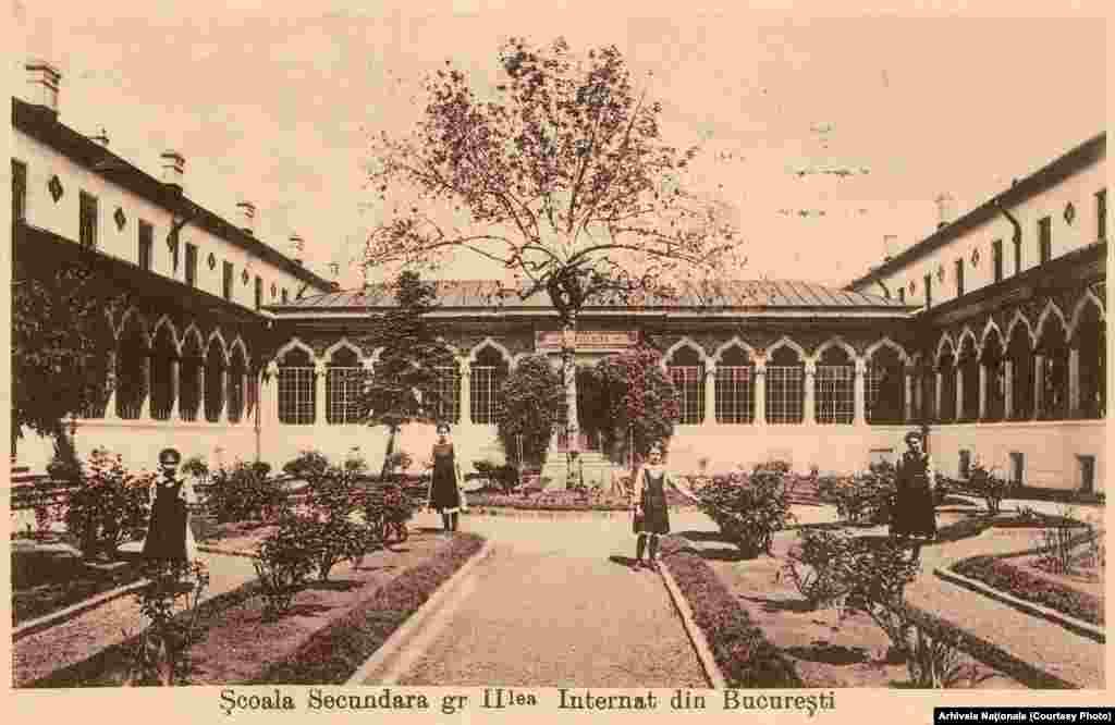 Școala Centrală a fost construită printr-o rezoluție a lui Barbu Știrbey în 1851, arhitectura clădirii fiind realizată de Ion Mincu. Mutați butonul rotund stânga-dreapta de-a lungul fotografiei pentru a vedea imaginile de atunci și de acum.