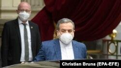 аЗменик-министерот за надворешни работи на Иран, Абас Аракчи на разговорите во Виена.