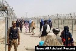 პაკისტანის არმიის ჯარისკაცი აკონტროლებს ავღანეთიდან წამოსული ხალხის ნაკადს, რომელიც პაკისტანის ქალაქ ჩამანისკენ მიემართება. 16 აგვისტო, 2021.