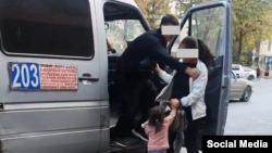 Водитель не пускает в салон маршрутки женщину с ребенком. Скриншот с видео, распространеного в соцсетях.
