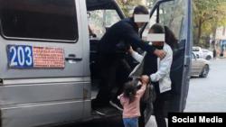 Водитель не пускает в салон маршрутки женщину с ребенком. Скриншот с видео, распространенного в соцсетях.
