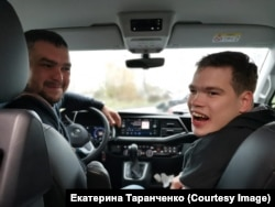 Саша, любитель быстрой езды, с водителем Димой