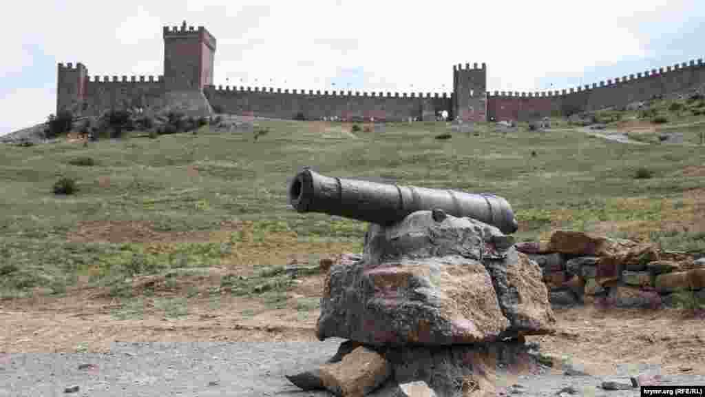 Несмотря на то, что для охраны Генуэзской крепости администрацией нанимались от 20 до 80 солдат, этого все равно было мало. Поэтомумужское население города должно было в ночное время в порядке очереди охранять городские стены. В городе на случай осады имелось две цистерны (примерно на 350 и 150 кубометров воды) и водопровод