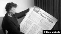"""Печально знаменитая статья вышла в СССР в 1949 году. В том же году на Западе, в низкопоклонстве которому обвинял текст """"Правды"""", вышла совсем другая статья - Всеобщая декларация прав человека. На фото: Элеонора Рузвельт держит в руках текст декларации"""
