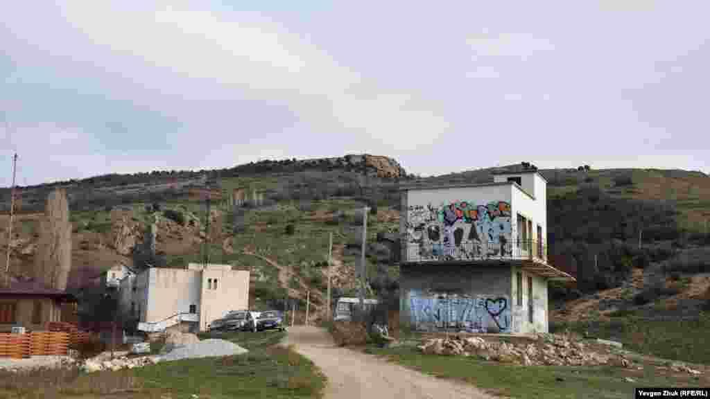 Здания бывшей метеостанции, между которыми идет тропа по оврагу Шайтан-Дере. Слева вершина горы Аскети – она выше, справа – гора Спилия