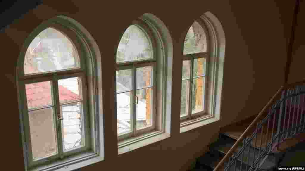 Окна в прямоугольной башне замка сохранились с момента его постройки