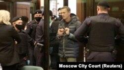 الکسی ناوالنی، منتقد ولادیمیر پوتین، در جلسه دادرسی روز سهشنبه