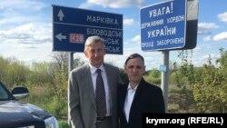 Тарас Малишевський та Олексій Чирній біля пропускного пункту Мілове, 7 травня 2021 року