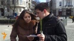 Молодь у Харкові вітає Ліну Костенко із днем народження