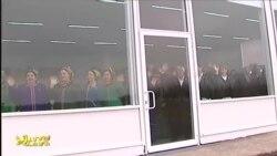 TW prezidente aýnanyň arkasyndan el salgaýan adamlary görkezdi