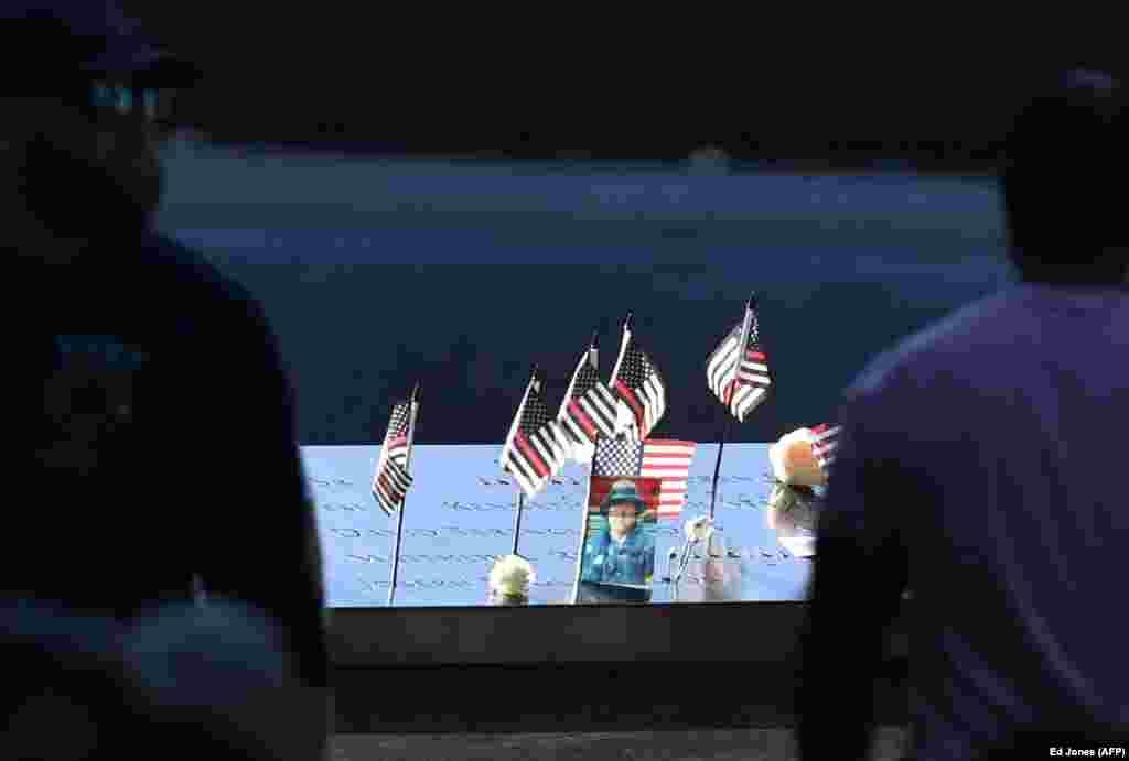 Një fotografi, disa flamuj dhe lule janë vendosur në Memorialin dhe Muzeun për 11 shtatorin në Nju Jork.