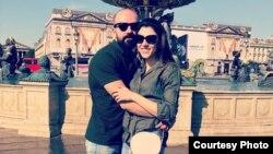شادی جمشیدی در کنار نامزدش نیما نیستانی
