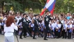 Триколоры и военные. Первый звонок в школе Севастополя (видео)