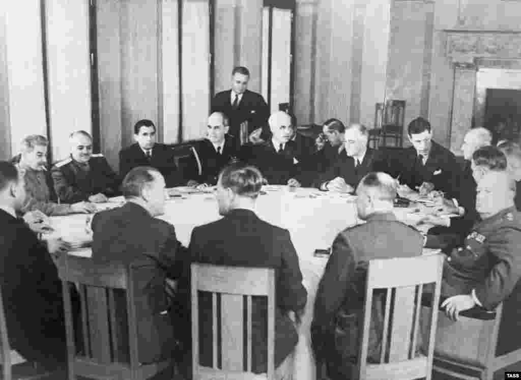 На встрече был принят ряд решений:союзники обязались не вести с Германией сепаратных переговоров о мире, условием которого была объявлена безоговорочная капитуляция Третьего рейха. После победы Германия должна была быть разделена на четыре оккупационные зоны. Вопрос о будущем Польши был решен так:границы этой страны договорились «передвинуть» на запад, чтобы за СССР остались Западная Украина и Западная Беларусь, захваченные им в 1939 году,в соответствии спактом Молотова-Риббентропа