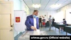 Російський кримський спікер Володимир Константинов голосує за поправки до Конституції Росії в селищі Науковому Бахчисарайського району, 25 червня 2020 року