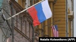 Një flamur rus valon pranë ndërtesës së ambasadës amerikane në Moskë, 15 prill 2021.